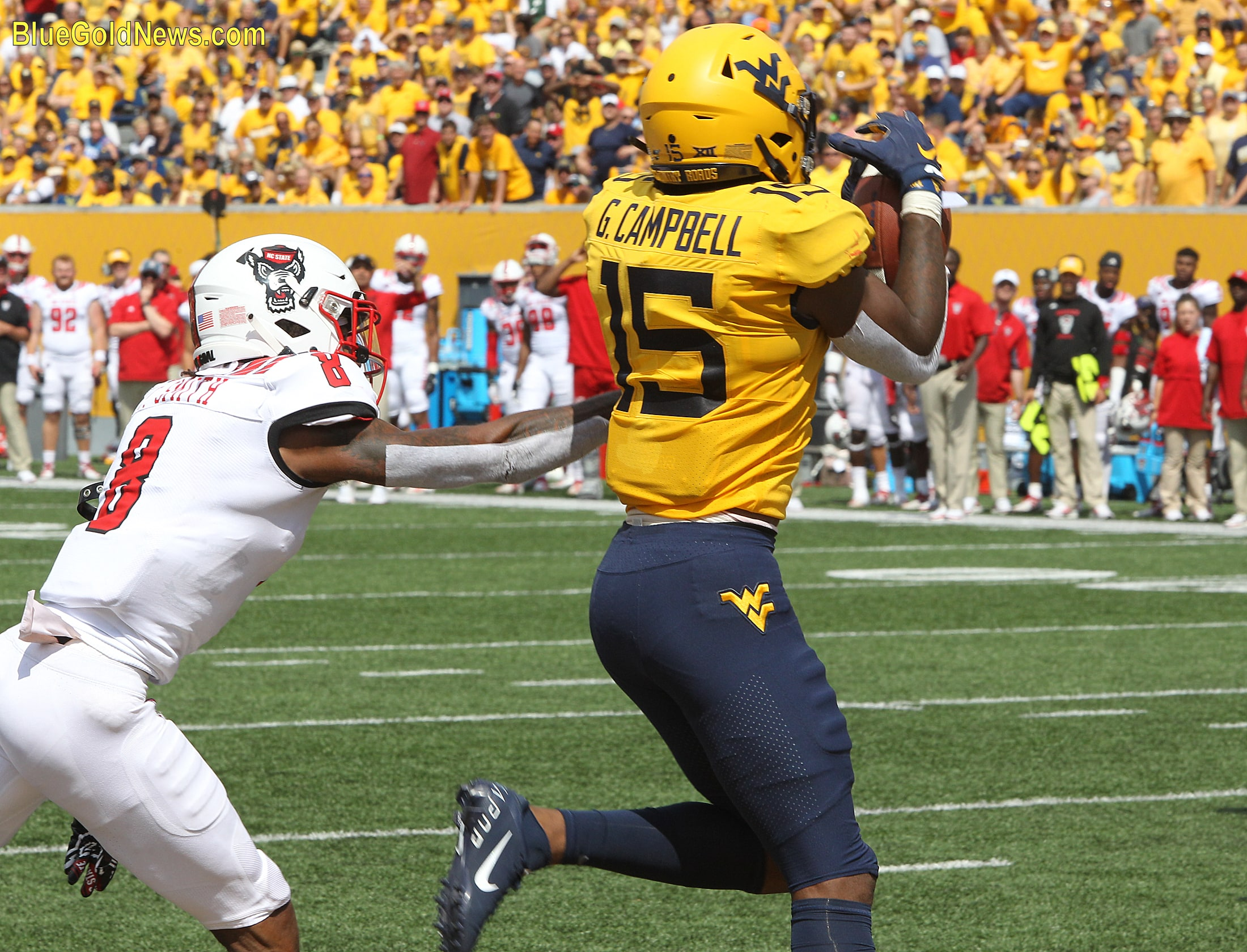 West Virginia wide receiver George Campbell cradles a touchdown pass late in the second quarter